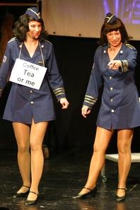 Wussten das Publikum im Werkhof zu begeistern: Brigitte Dussy und Constanze Schick als Stewardessen. (WR-Bild: Falke) (Schroth, Heinz-Werner)